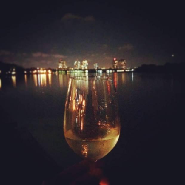 Verre au bord de la rivière de Saigon